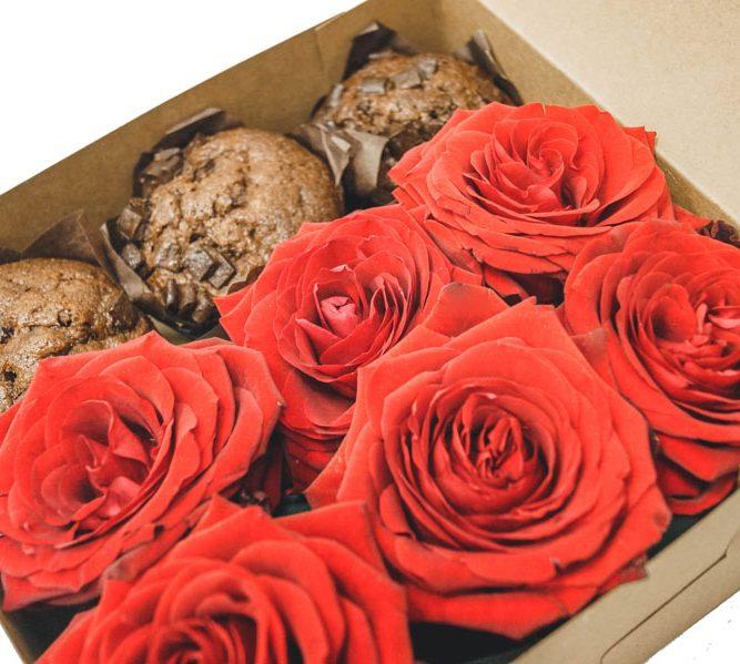 Scatola piccola 3 MUFFIN e 6 rose (2)