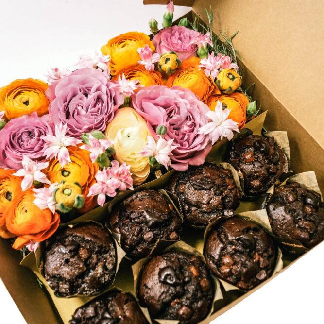 catola grande di fiori misti e muffins