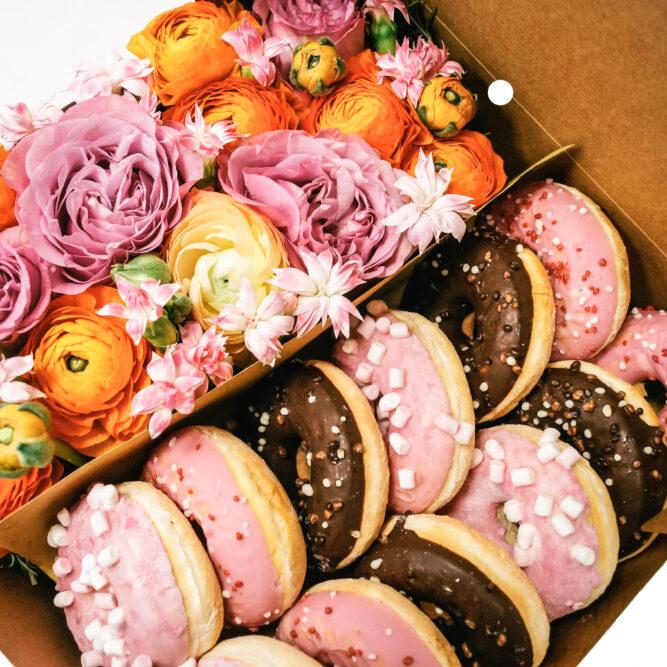 scatola grande di fiori misti e donuts